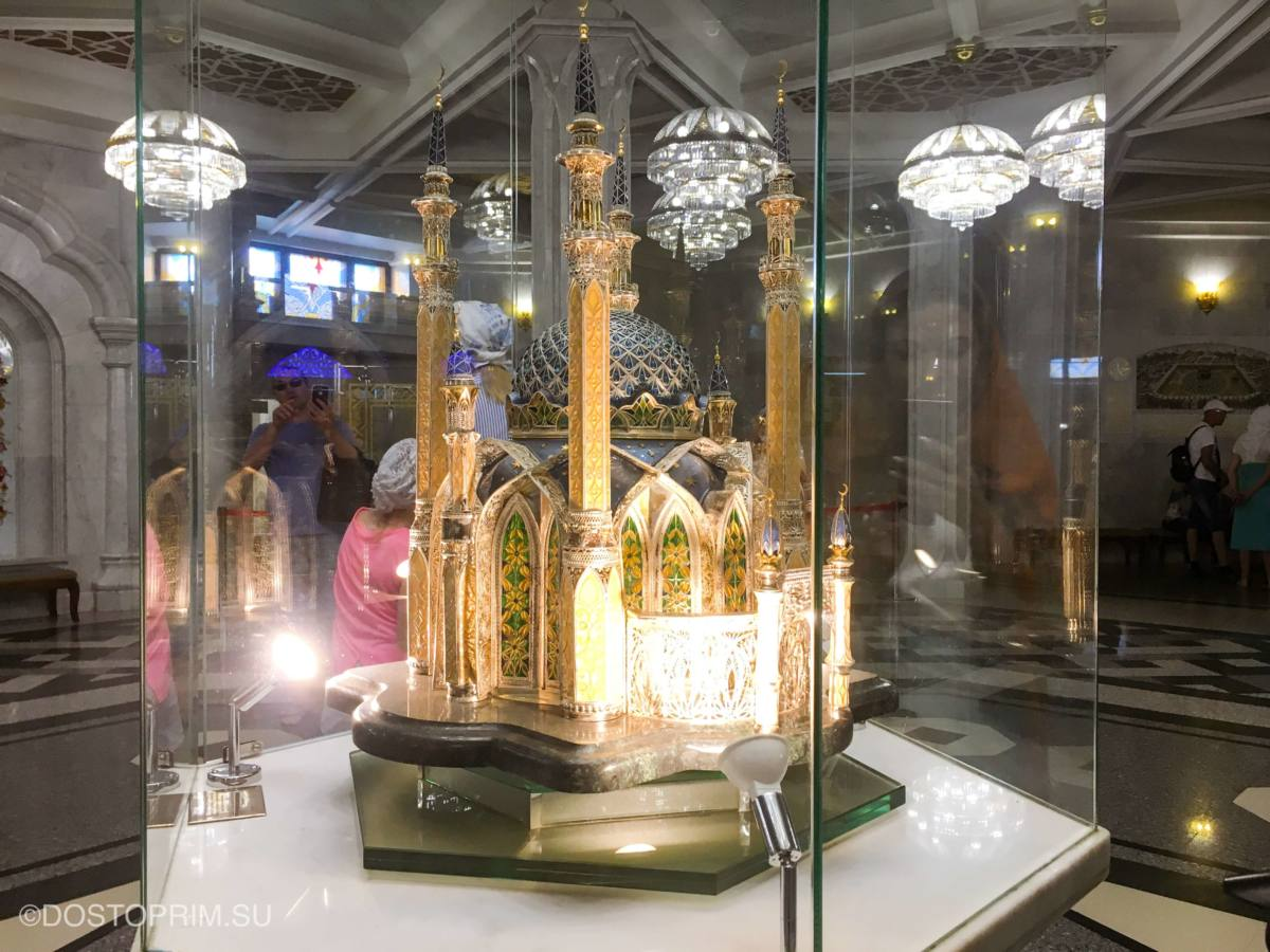 Макет мечети в центре зала