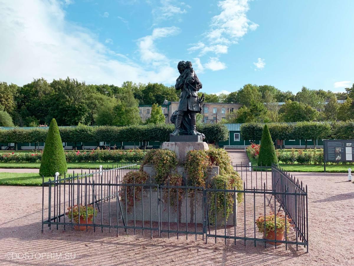 Памятник Петру с Людовиком XV на руках