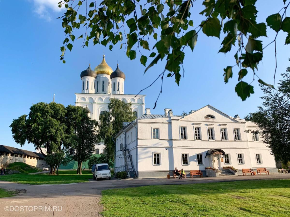 Внутри Псковского Кремля