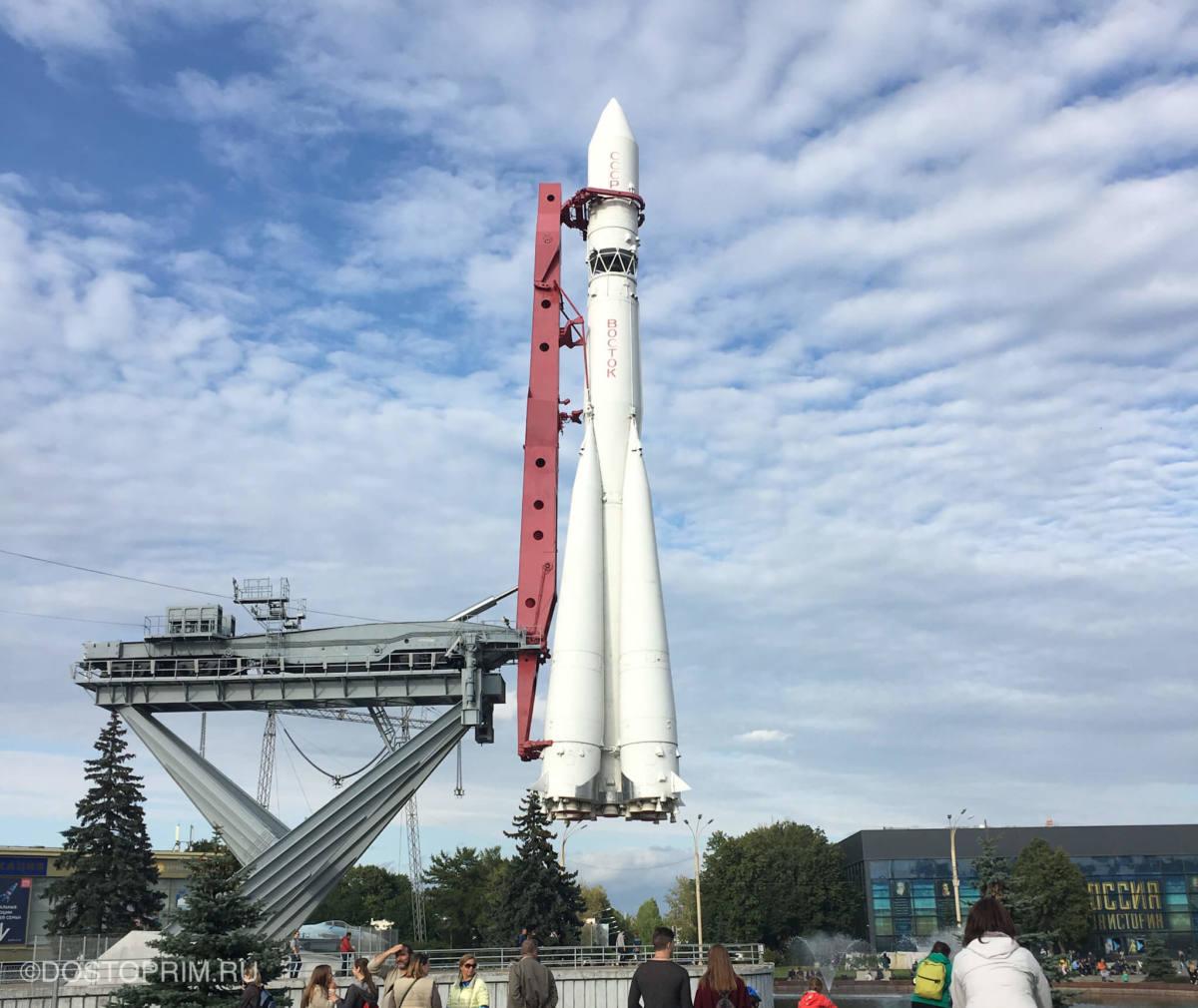 Копия ракеты «Восток» на площади промышленности
