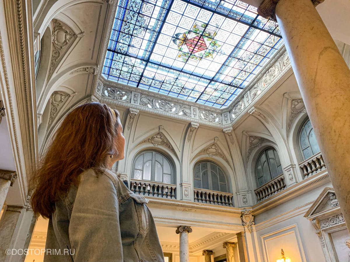 Внутри Ратуши XVIII века на площади Ayuntamiento