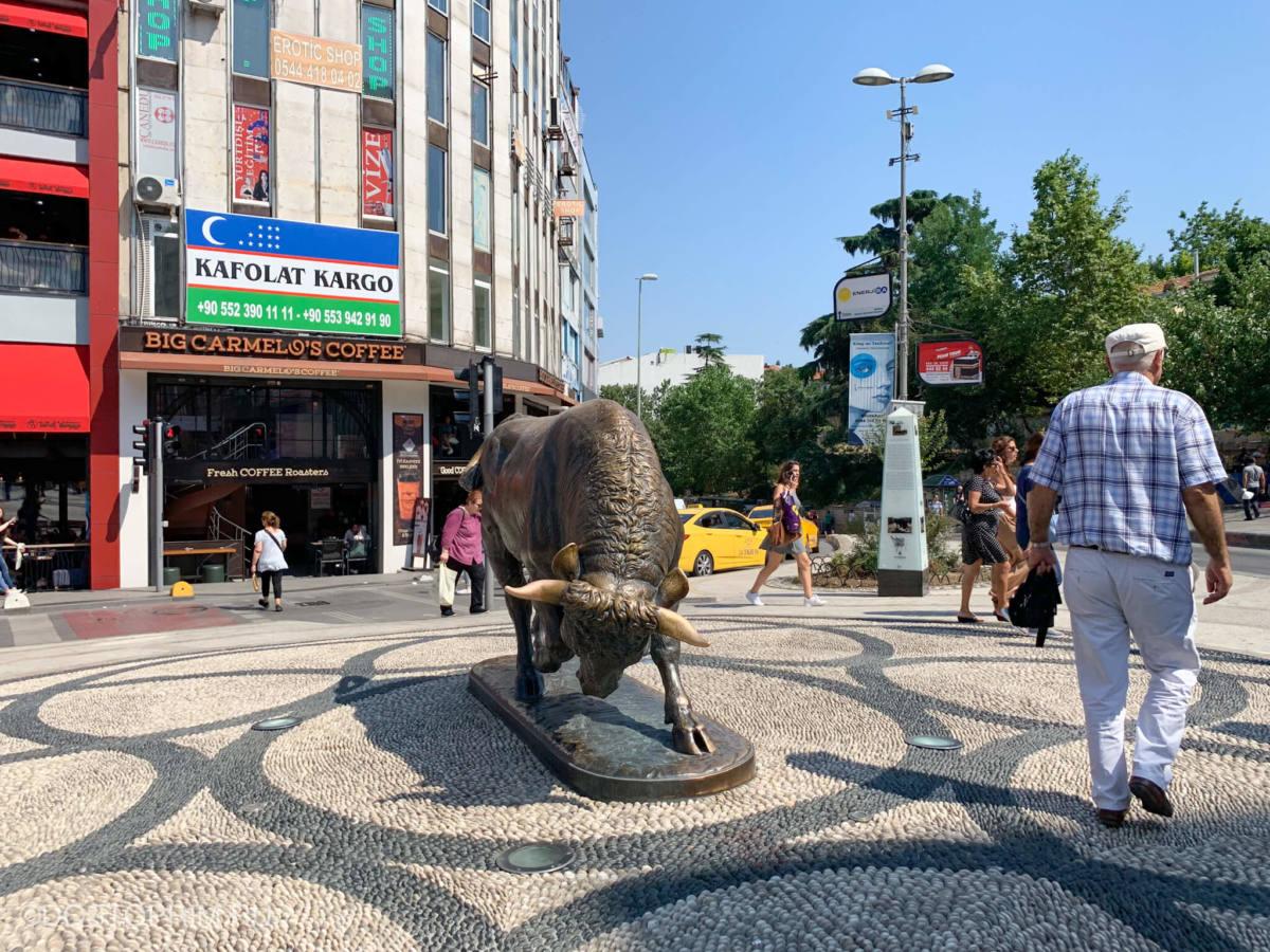 Статуя быка в азиатской части Стамбула