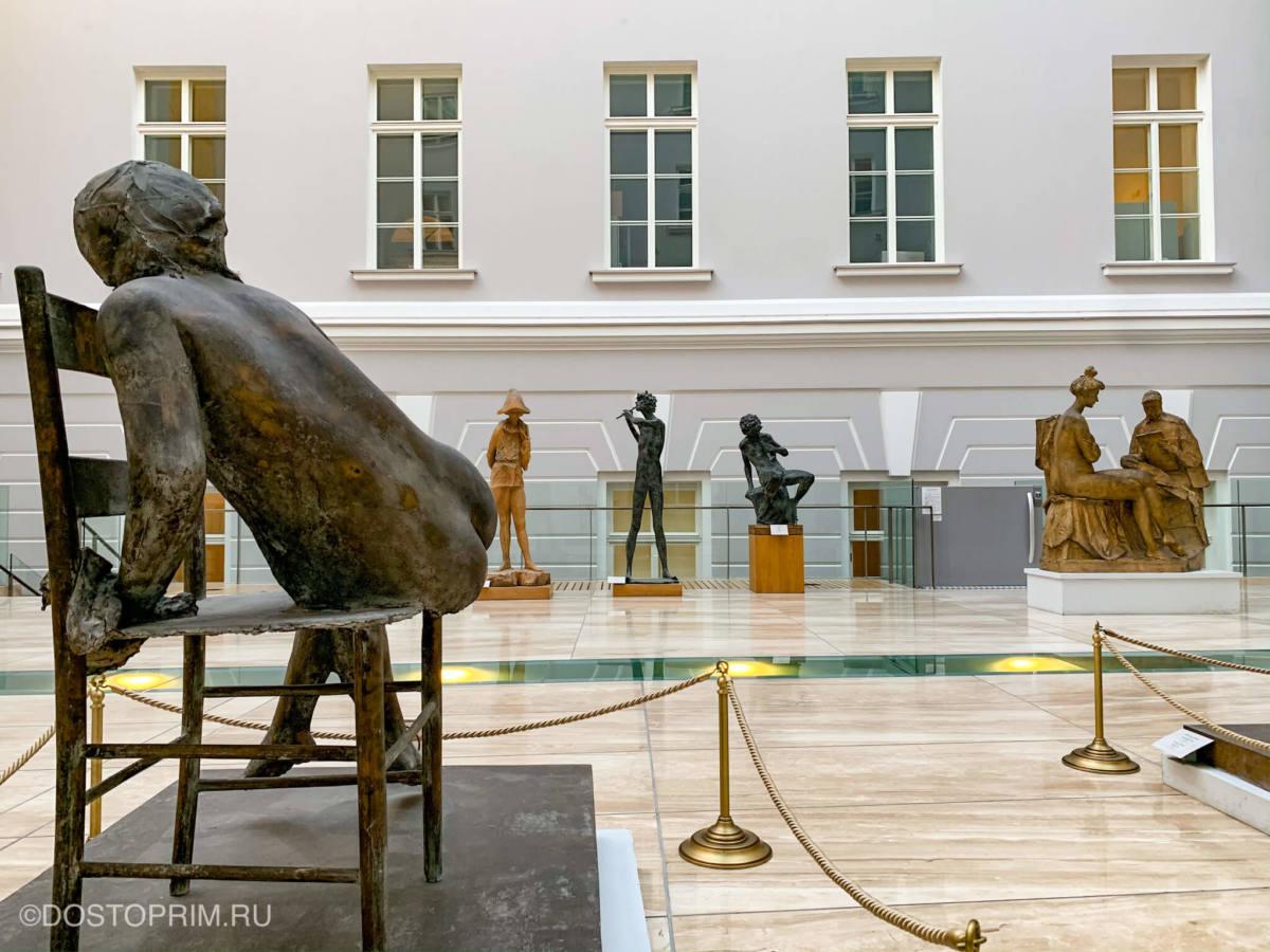 Скульптуры в Главном штабе Эрмитажа